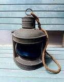 Den gamla lampan med gammalt trä Fotografering för Bildbyråer