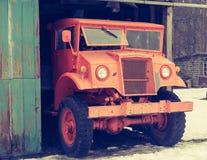 Den gamla lastbilen kommer ut ur garaget Fotografering för Bildbyråer