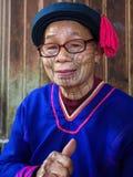 Den gamla Li Nationality damen på deras traditionella klänning arkivfoton