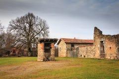 Den gamla lilla vattenbrunnen för röd tegelsten återstod intakt royaltyfri fotografi