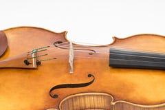 Den gamla lurendrejerit som isoleras på vit bakgrund Altfiol instrument för musik Arkivbilder
