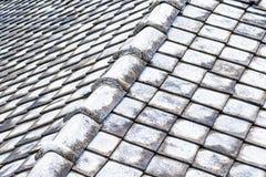 Den gamla lutningen för tegelplattataket ytbehandlar den geometriska windblown grunden för korrosionsyttersidabakgrund arkivfoto