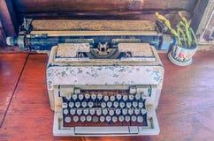 Den gamla maskinskrivningmaskinen på trätabellen med effektfiltret Royaltyfria Bilder