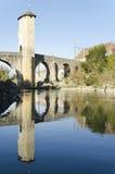 Den gamla medeltida stärkte bron across gav de Pau River i Orthez arkivbilder