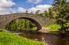 Den gamla militära bron på Gairnshiel Skottland Royaltyfri Foto