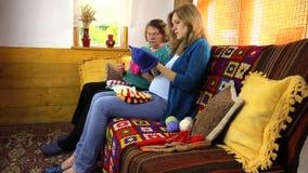 Den gamla mormorkvinnan berättar berättelsen för gravid sondotter Royaltyfria Bilder