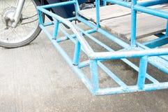 Den gamla motorcykeln med den blåa sidecaren har olycka Fotografering för Bildbyråer