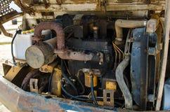 Den gamla motorn av den gamla bilen har många som är rostiga Arkivfoto