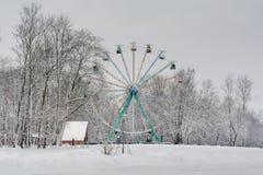 Den gamla observationen rullar det snöig parkerar in royaltyfria bilder