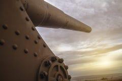 Den gamla och rostiga kanonen på solnedgången i canakkale och att se upp och ordnar till för att avfyra arkivbilder