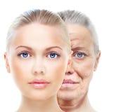 Den gamla och unga kvinnan som isoleras på vit, retuscherar före och efter, royaltyfri bild