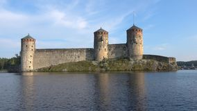 Den gamla Olavinlinna fästningen, Juli dag forntida solnedg?ng f?r savonlinna f?r finland f?stningolavinlinna stock video