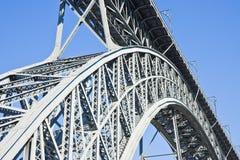 Den gamla Oporto järnbron över den Douro floden Portugal - Europa royaltyfria foton