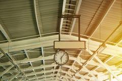 Den gamla parallella klockan på taket av järnvägsstationen Arkivbilder