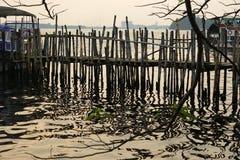 Den gamla pir för fartyg gjorde ‹för †av bambu, Cochin, Kerala, Indien Arkivbild