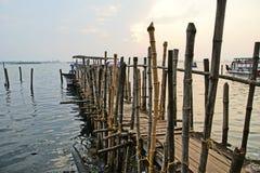 Den gamla pir för fartyg gjorde ‹för †av bambu, Cochin, Kerala, Indien Royaltyfri Fotografi
