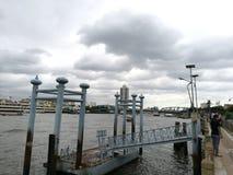 Den gamla ponton i Chao Phraya River Royaltyfria Foton