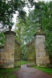 Den gamla porten i slotten parkerar i Gatchina Arkivfoton