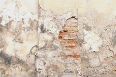 Den gamla röd tegelsten- och vitmurbrukväggen med sprucken sjaskig yttersida texturerar bakgrund Royaltyfria Bilder