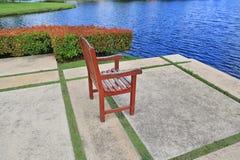 Den gamla röda bruna trästolen Royaltyfri Foto