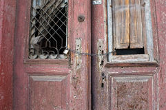 Den gamla röda dörren fördärvar in arkivbild