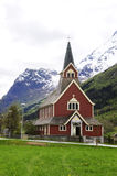 Den gamla röda kyrkan @ Olden, Norge arkivbild
