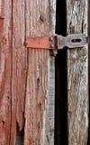 Den gamla röda ladugården med metall låser royaltyfri fotografi