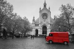 Den gamla röda skåpbilen står framme av domkyrkan royaltyfri foto