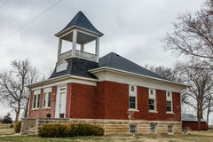 Den gamla röda skolhuset vände in i hem i Midwest längs mellanstatliga 80 i Nebraska arkivfoto