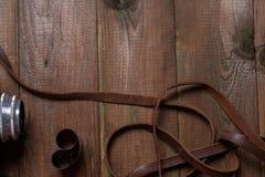 Den gamla retro kameran på tappningträbräden gör sammandrag bakgrund Kopiera utrymme för text Royaltyfria Foton