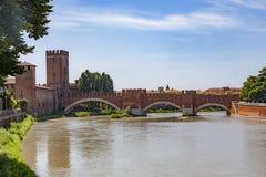 Den gamla roman bron spänner över River Adige i Verona arkivfoto