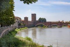 Den gamla roman bron spänner över River Adige i Verona arkivfoton