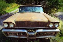 Den gamla rostiga bilen Arkivbild