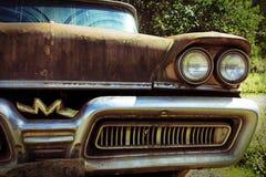 Den gamla rostiga bilen Royaltyfria Bilder