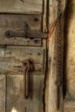 Den gamla rostiga dörren låser Fotografering för Bildbyråer