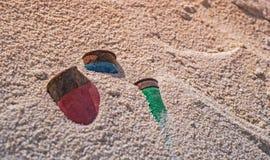 Den gamla rostiga jaktkassetten använde delvist begravt i vit sand arkivfoto