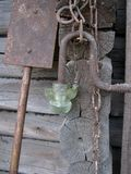 Den gamla rostiga metallkedjan, skyffel, kraschade den glass lyktan Royaltyfria Foton