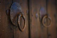 Den gamla rostiga porten låser på dörren Royaltyfria Foton