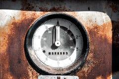 Den gamla rostiga ryska bränslestationen Arkivbild