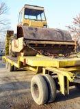 Den gamla rullen som rullar ihop att hårdna för lastbil av vägar som är förberedda för transport Arkivfoto