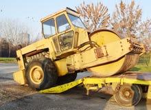 Den gamla rullen som rullar ihop att hårdna för lastbil av vägar som är förberedda för transport Arkivfoton