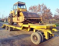 Den gamla rullen som rullar ihop att hårdna för lastbil av vägar som är förberedda för transport Royaltyfri Bild