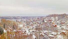 Den gamla ryska staden av Ples på Volgaet River, Ryssland Sikt från höjd till små hus Rysk vinter Royaltyfri Fotografi