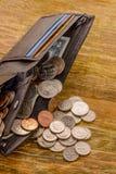 Den gamla sedeln av två US dollar och skrapade cent USA ligger i a Royaltyfria Bilder