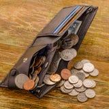 Den gamla sedeln av två US dollar och skrapade cent USA ligger i a Royaltyfri Bild