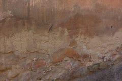 Den gamla sjaskiga väggen som visar flera lager royaltyfria bilder
