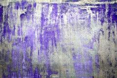 Den gamla skadade spruckna målarfärgväggen, Grungebakgrund, lila färgar Royaltyfri Bild