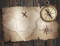 Den gamla skatten piratkopierar `-översikten med kompasset på den wood tabellen illustration 3d Fotografering för Bildbyråer