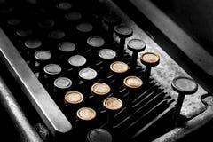 Den gamla skrivmaskinen i antikvitet stämmer tätt upp, den selektiva fokusen Royaltyfria Foton