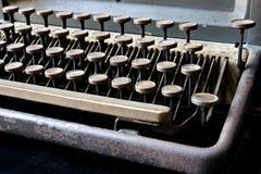 Den gamla skrivmaskinen i antikvitet stämmer tätt upp, den selektiva fokusen Royaltyfri Bild